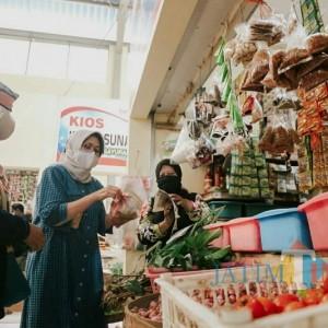 Gencar Kurangi Sampah Plastik, Bunda Indah Ajak Masyarakat Bawa Tas Sendiri saat Belanja