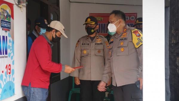 Dari kanan: Kapolres Malang AKBP Hendri Umar, Kapolsek Dau Kompol Syabain dan salah satu warga Kecamatan Dau (Humas Polres Malang for MalangTIMES)