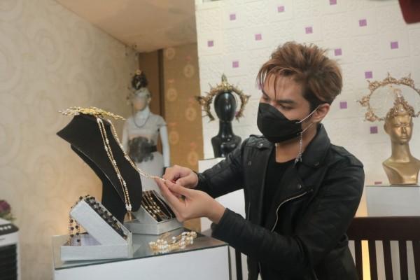 Gerry Yo saat menunjukkan chain mask mewah berlapis emas buatannya. (Foto: Istimewa).