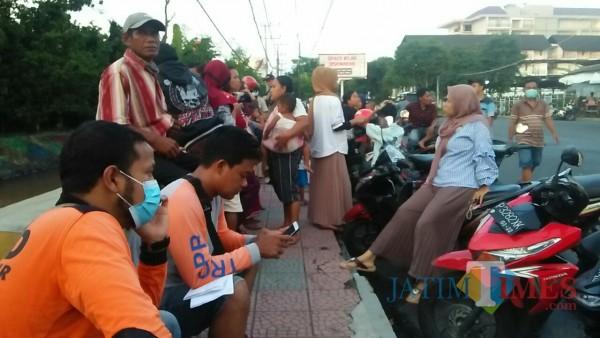 Masyarakat yang menyaksikan musibah anak terseret arus air sungai Bagong di Kecamatan Banyuwangi Nurhadi Jatim Times