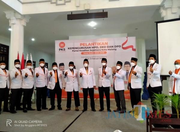 Para pengurus PKS Kota Malang berfoto disela pelantikan (Anggara Sudiongko/MalangTIMES)