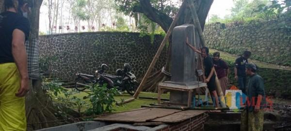 Proses peletakan Prasasti Sangguran di Dusun Ngandat, Desa Mojorejo, Minggu (21/2/2021).