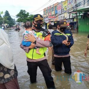 Potret Kebersamaan TNI-Polri Saat Bantu Korban Banjir