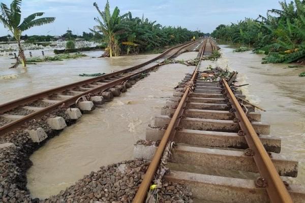Banjir yang mengenangi rel akibat cuaca ektrem (Foto: PT KAI Daop 1 Jakarta)
