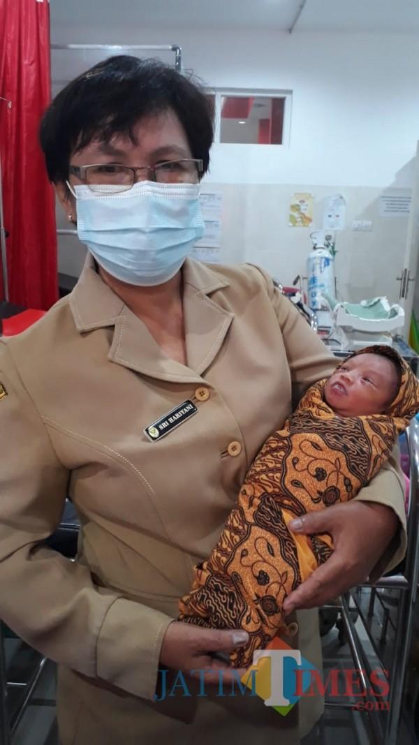 Bayi perempuan yang ditemukan warga di kebun tebu sedang dalam perawatan petugas medis Puskesmas Kencong (foto : istimewa / Jatim TIMES)