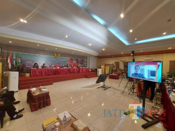 Ketua Koperasi SBW Malang Sri Untari saat memimpin RAT (Rapat Anggota Tahunan) dari Jakarta melalui daring, Senin (22/2/2021). (Foto: Tubagus Achmad/ MalangTIMES)