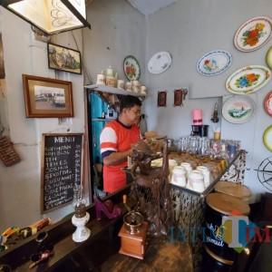 Mengenal Warung Hamur Kopi Mbah Ndut, Warung Kopi Pertama di Kampung Kayutangan Heritage