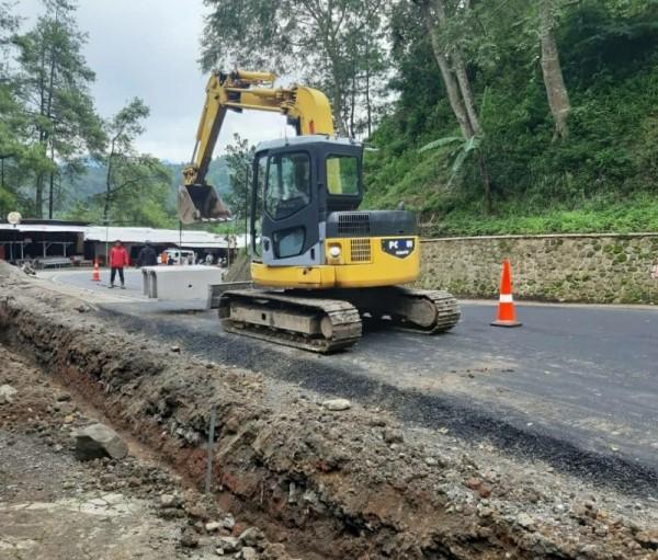 Proses perbaikan jalan Brigjen Moh Manan, Songgokerto, Kota Batu  (Foto istimewa: BPBD Batu)