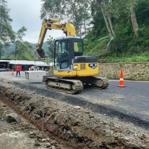 Jalan Retak di Wisata Kuliner Payung Diperbaiki, Arus Lalu Lintas Buka Tutup