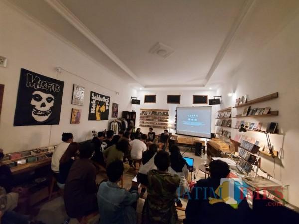 Proses screening video klip Monohero bertajuk Udara yang bertempat di Cafe Twinvaults. (Foto: Tubagus Achmad/MalangTIMES)