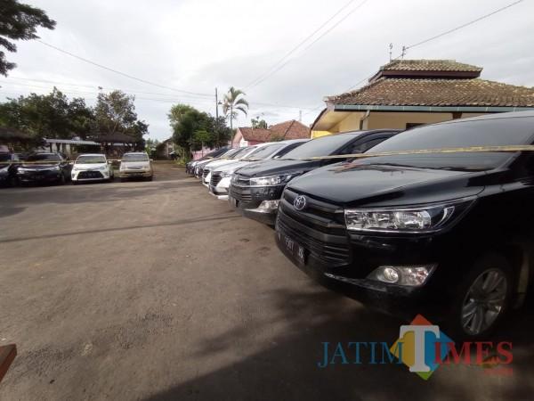Puluhan mobil rental yang digelapkan pasutri terparkir di halaman Mapolsek Tumpang (Hendra Saputra)