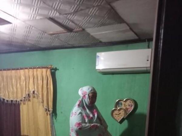 Seorang ibu salat tahajud di situasi banjir (Foto: Twitter)