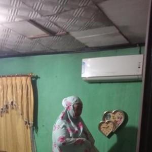 Viral Foto Seorang Ibu Salat Tahajud di Atas Kasur di Tengah Situasi Banjir