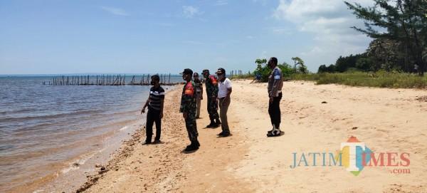 TNI/Polri saat menulusuri hilangnya korban di pesisir pantai Desa Jadung, Kecamatan Dungkek (Foto: Ist/JatimTIMES)