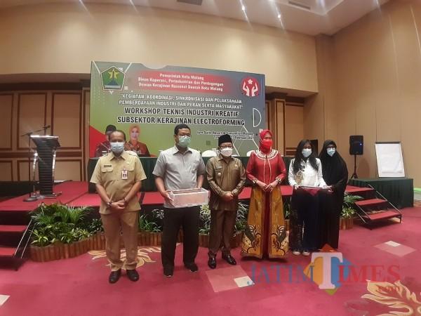Wali Kota Malang Sutiaji (berkopyah) saat penyerahan alat pelatihan Kriya electroforming, Senin (22/2/2021). (Arifina Cahyanti Firdausi/MalangTIMES).