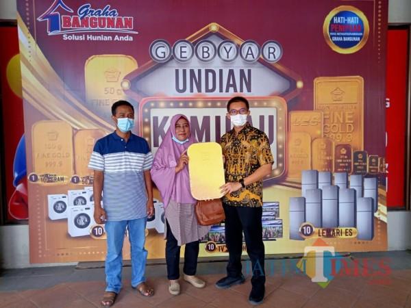 Direktur Utama Graha Bangunan Daniel Lim (paling kanan) menyerahkan hadiah secara simbolik kepada Yulli Karyani.(Foto: Aunur Rofiq/BlitarTIMES)