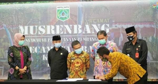 Penandatanganan naskah Musrembang Kecamatan Batu. (Foto: istimewa)