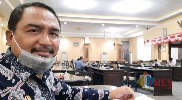 Kabid Pariwisata Disparbudpora Sumenep, Imam Bukhori sewaktu menghadiri rapat paripurna di kantor DPRD setempat (Foto: Ist/JatimTIMES)