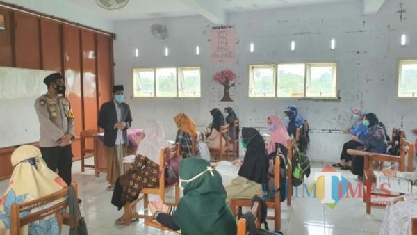 Kapolres Lumajang ketika mengunjungi Ponpes Kyai Syarifuddin Wonorejo (Foto : Moch. R. Abdul Fatah / Jatim TIMES)