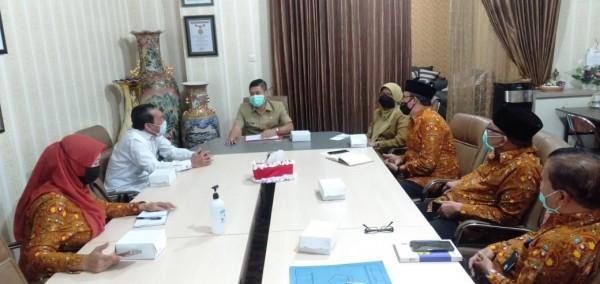 Kepala Disdikbud Kota Malang Suwarjana SE MM saat menerima silaturahmi dari DPD AGPAII Kota Malang. (Ist)