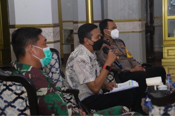 Plh Bupati Malang Wahyu Hidayat (pegang mickrofon) saat mengikuti vidcon kesiapan perpanjangan PPKM mikro. (Foto: Dokumen Istimewa)