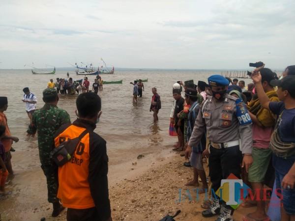 Proses evakuasi jasad korban ke rumah duka (Foto: Ist/JatimTIMES)