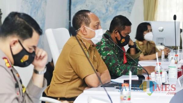 Situasi rapat koordinasi tiga pilar di Smart Center, Kabupaten Trenggalek.