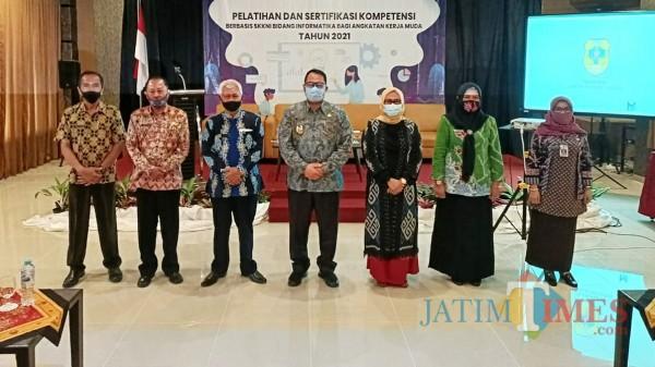 Wabup Irwan (tengah) saat menghadiri acara Pelatihan dan Sertifikasi Kompetensi Berbasis SKKNI. (Foto: Abror Rosi/JatimTIMES)
