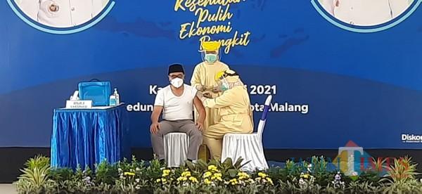 Wakil Wali Kota Malang Sofyan Edi Jarwoko (baju putih) saat divaksin covid-19 tahap pertama beberapa waktu lalu. (Ahmad Amin/MalangTIMES).