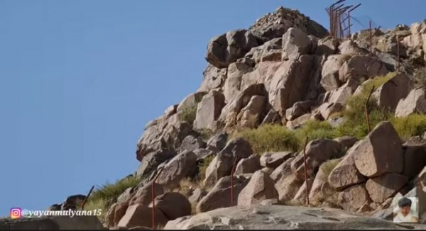 Batu yang akan dilempar kepada Rasulullah di Kota Ta'if masih ada sampai sekarang. (Foto: YouTube Alman Mulyana)