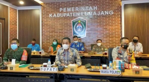 Bupati Lumajang ketika mengikuti rapat evaluasi PPKM secara virtual (Foto : Kominfo / Jatim TIMES)