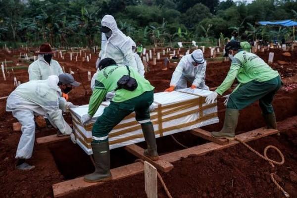 Ilustrasi saat relawan melakukan pemakaman secara protokol Covid-19. (Foto: Kompas.com)