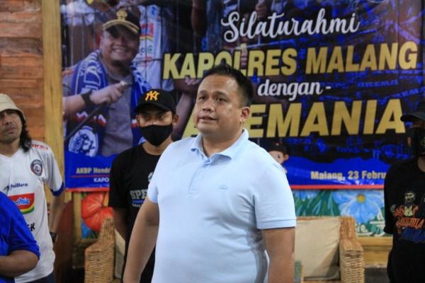 Kapolres Malang AKBP Hendri Umar saat bertemu dengan Aremania (foto: Humas Polres Malang for MalamgTIMES)