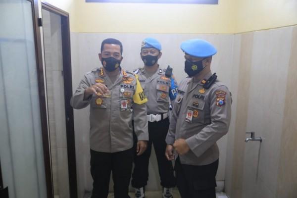 Kapolresta Malang Kota Kombes Pol Leonardus Simarmata (sebelah kiri) ketika menunjukkan urin yang bakal dites narkoba, Rabu (24/2/2021). (Foto: Istimewa)