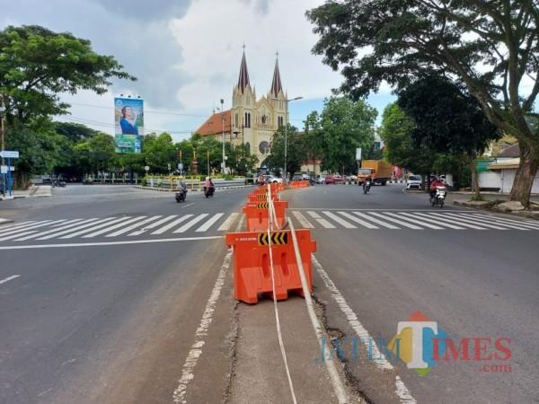 Median di Jalan Basuki Rahmat Kota Malang yang dibongkar untuk realisasi jalan satu arah. (Foto: Tubagus Achmad/MalangTIMES)