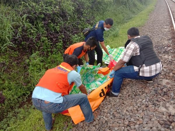 Polisi dan relawan saat mengumpulkan bagian tubuh korban tertabrak kereta api (foto: istimewa)