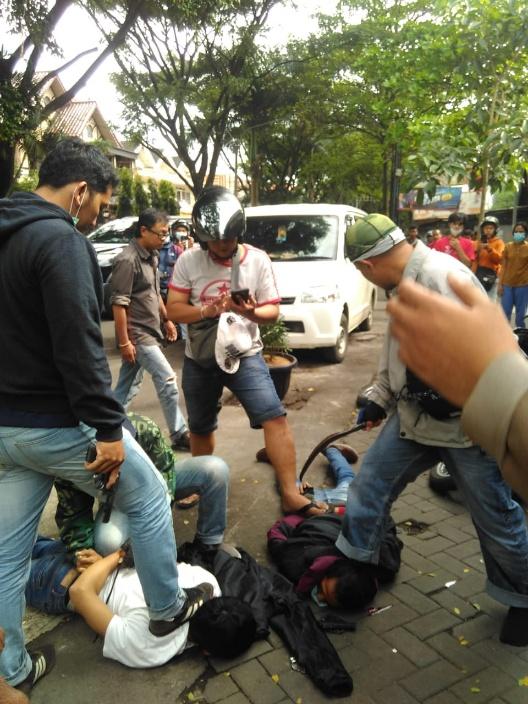 Saat dua orang diduga pelaku curas diamankan oleh anggota kepolisian berpakaian preman. (Foto: Istimewa)