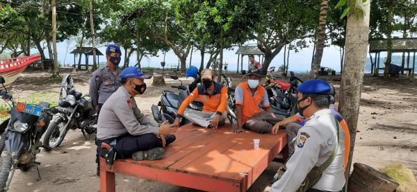 Anggota Polair Polres Malang saat melakukan diskusi sebelum mencari korban tenggelam di perairan Pulau Sempu (foto: Polair Polres Malang for MalangTIMES)