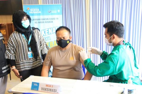 Kapolres Malang AKBP Hendri Umar saat disuntik vaksin (foto: Humas Polres Malang for MalangTIMES)