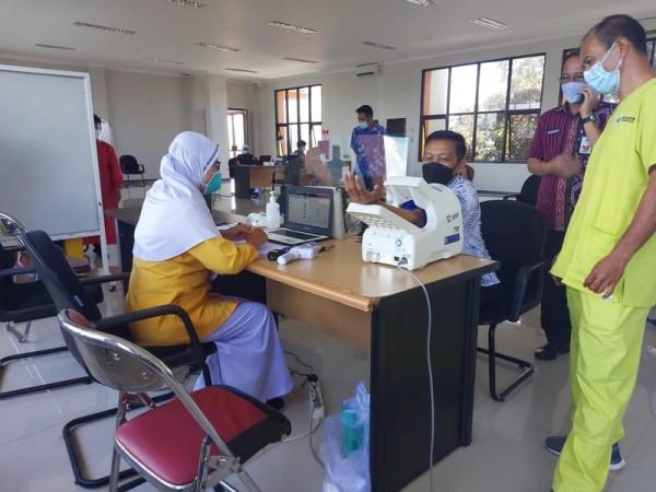 Petugas vaksinator saat melakukan skrining kesehatan terhadap peserta vaksinasi sebelum disuntik vaksin Covid-19. (Foto: istimewa)