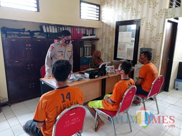 Kapolsek Kepanjen Kompol Yatmo (berdiri) saat menginterogasi tiga remaja pengedar pil koplo (Hendra Saputra)