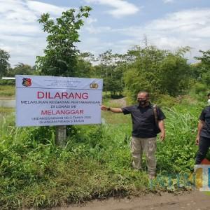 Larang Penambangan Pasir di Brantas, Polres Tulungagung Pasang Papan Imbauan