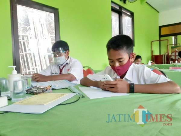 Proses belajar siswa SD secara daring yang difasilitasi salah satu kelurahan di Kota Malang. (Arifina Cahyanti Firdausi/MalangTIMES).
