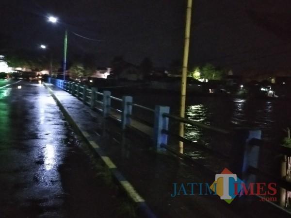 Jembatan Gambiran Lumajang ditutup sementara (Foto : Moch. R. Abdul Fatah / Jatim TIMES)