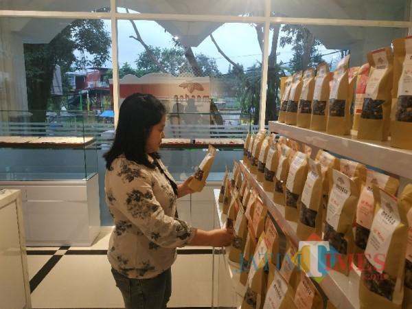 Jenis macam-macam coklat dengan bahan baku kakao Nusantara di Moodco, Jalan Sultan Agung, Kota Batu, Sabtu (27/2/2021) (foto: Mariano Gale)