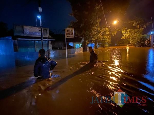 Ketinggian air menuju dusun Biting desa Kutorenon Kecamatan Sukodono (Foto : Moch. R. Abdul Fatah / Jatim TIMES)