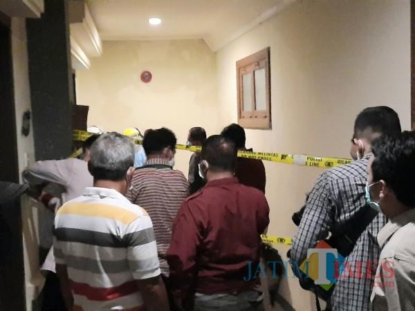 TKP pembunuhan di Hotel Lotus Garden sudah dipasangi garis polisi.(Foto: Eko Arif s/JatimTIMES)