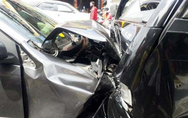 Mobil Xenia yang menabrak pick up di jalan protokol Karangploso-Batu (foto: istimewa)