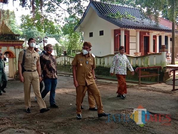 Tampak semangat: hari pertama Bupati Achmad Fauzi memasuki rumah dinas di Pandapa Keraton Sumenep (Foto: Ist/SumenepTIMES)