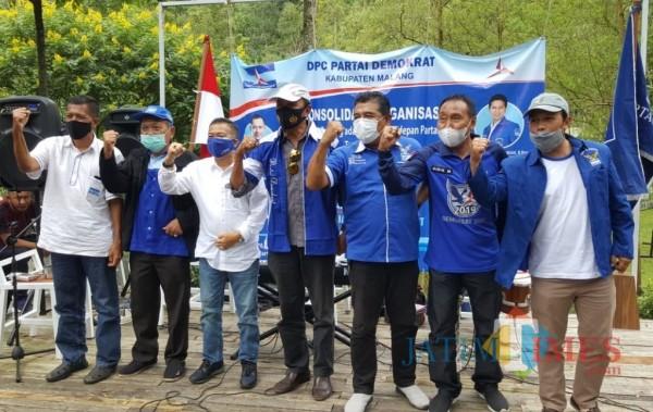 Ketua DPC Demokrat Kabupaten Malang Ir Ghufron Marzuqi (tiga dari kiri) bersama para pengurus DPC dan PAC Dapil 5 di Wana Wisata Alas Pujon Coban Sadang, Minggu (28/2/2021) (Foto : redaksi/MalangTIMES)